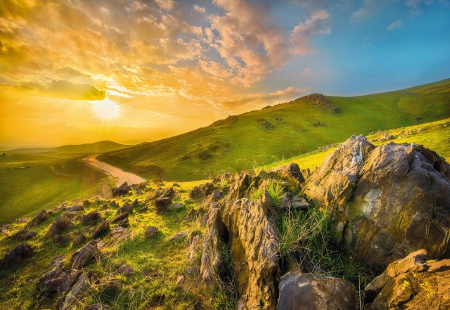 fototapet-peisaj-rasarit-de-soare-in-munti