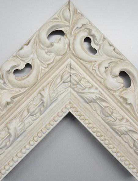 Rama alba lata dantelata pentru decoratiuni shabby chic la atelier inramari Arbex Art Decor